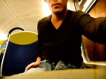 Gay si masturba in treno