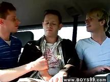 Orgetta gay sul retro del veicolo