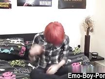 Ragazzo gay con i capelli rossi