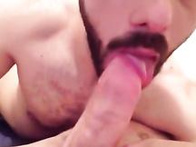 Ragazzo con la barba succhia un bel cazzone