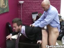 Fusto gay sborrato in ufficio