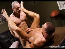 Muscolosi ex ufficiali gay fanno sesso