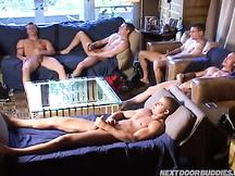 Sesso in gruppo tra ragazzi che fingono di non essere gay