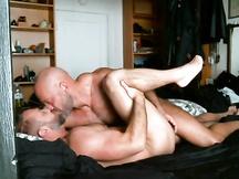 Uomini muscolosi innamorati