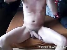 Si masturba nudo a letto