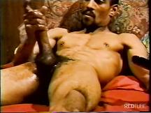 Muscoloso nero maturo si masturba