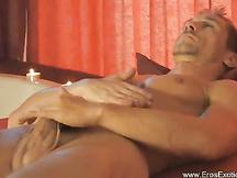 Uomo che si massaggia il grosso pisello