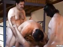 Quattro gay scopano sul lettone