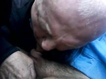 Vecchio italiano amateur ama succhiare cazzi giovani