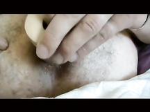 Uomo peloso si masturba il culo