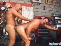 Cliente gay succhia il cazzo al meccanico