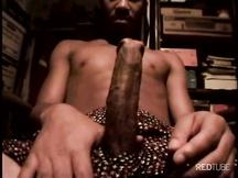 Nero si masturba la sua super mazza