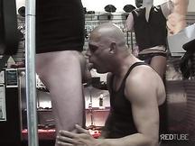 Pompini gay in un negozio