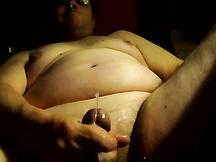 Obeso con gli occhiali si sega in cam