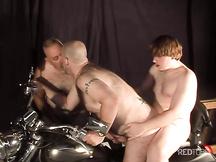 Tre grassoni gay scopano sulla moto
