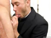 Giovane prete si fa rompere il culo