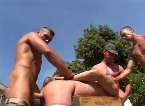 soldato gay porno che succhia il miglior cazzo in porno