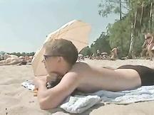 Twink guardone in spiaggia