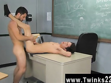 Studente e giovane insegnante gay scopano a scuola