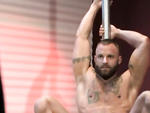 Muscoloso stripper gay lo piglia in culo