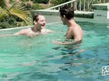 Nudi in piscina prima di scopare