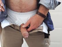 Maturo pissing nel servizio igienico del suo ufficio